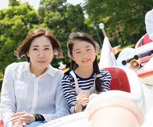 遊園地で母親と遊ぶ子供