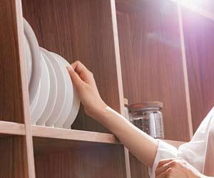 皿を立てて収納する