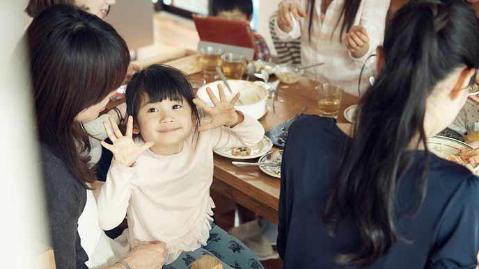 親同伴で食事する子供の笑顔