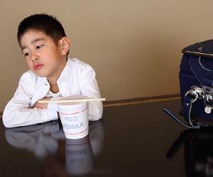 カップラーメンで食事をとる小学生