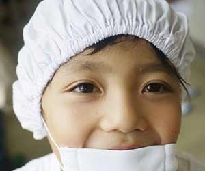 白衣の帽子を被る小学生