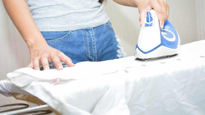 給食の白衣にアイロンをかけるママ