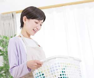 洗濯カゴを持つ主婦