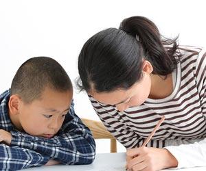 フリースクールで勉強する子供