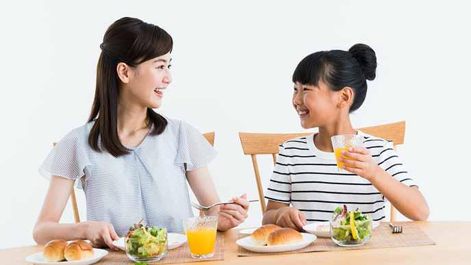 親子で朝食を共にする