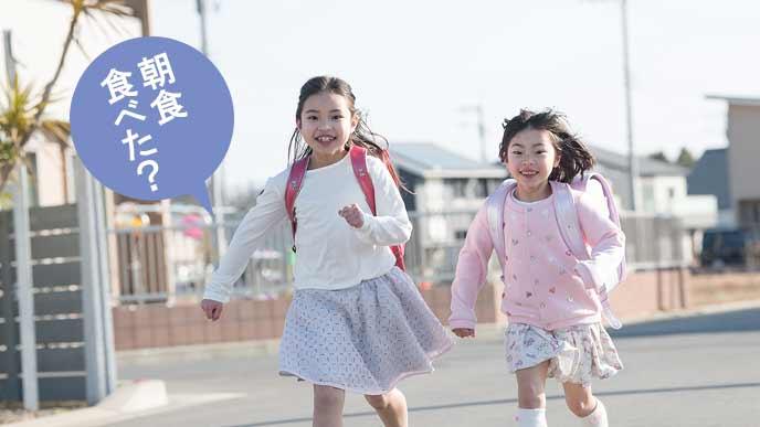 通学路を走る小学生