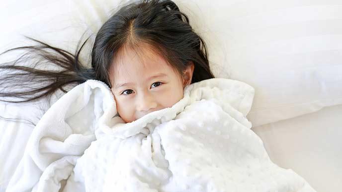 毛布にくるまる女の子