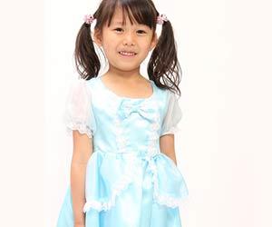 水色のドレスを着た女の子