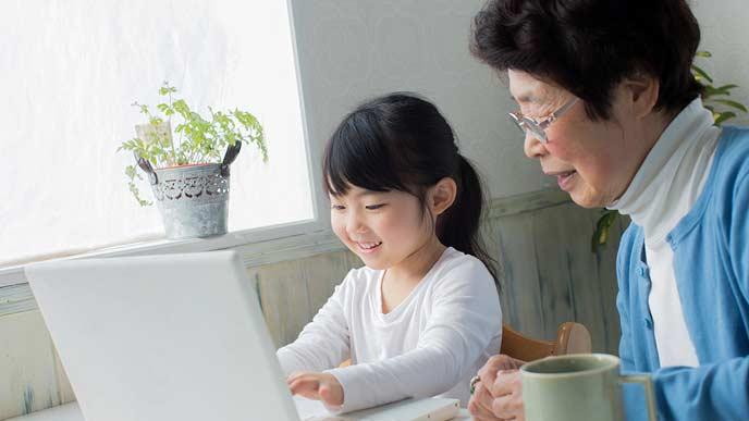 孫にパソコンを教わるおばあちゃん