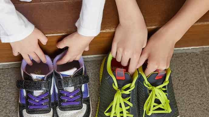 玄関で靴を揃える