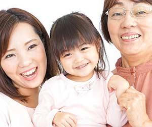 笑顔のおばあちゃんと孫と母親