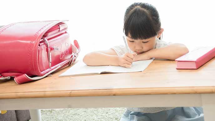 帰宅後すぐに宿題をする子供