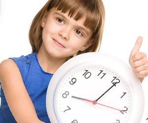 一日の時間割を考える子供