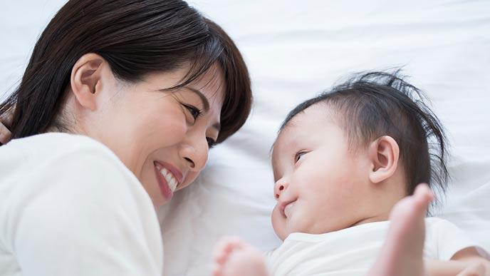 赤ちゃんを見つめる母親