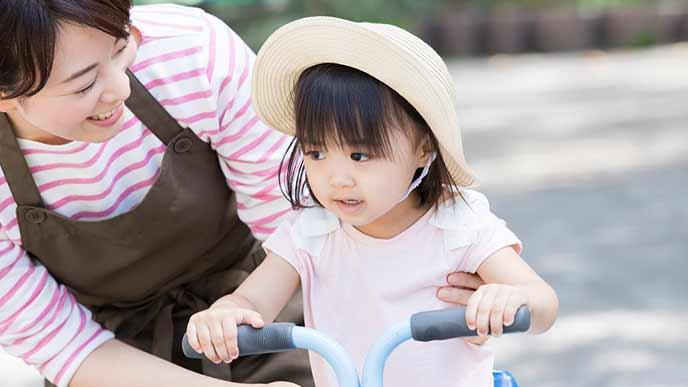 日中、自転車で遊ぶ幼児