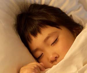 満足して眠る子供