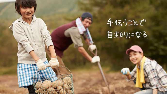 農作業を手伝う子供