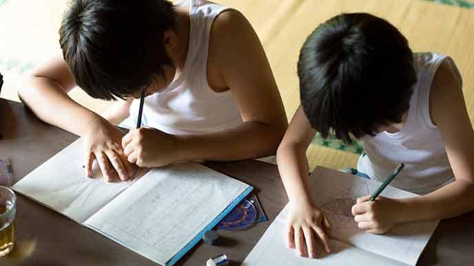 部屋で勉強する子供達