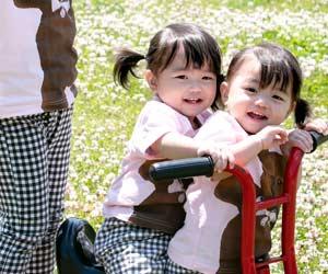 公園で遊ぶ双子の姉妹