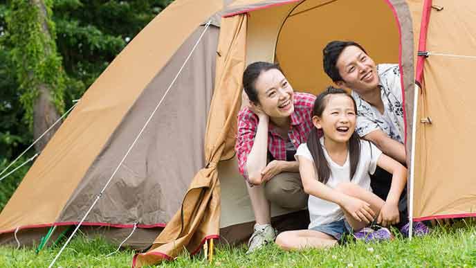 親子でテントの中でくつろぐ