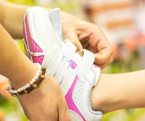 靴を試着する子供