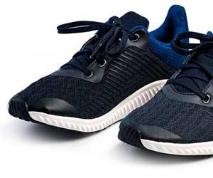 運動靴のつま先が反り返った形状