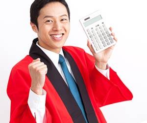 電卓を持つ家電量販店の店員