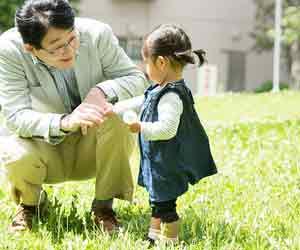 公園で孫と遊ぶおじいちゃん