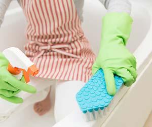 浴槽を掃除する主婦
