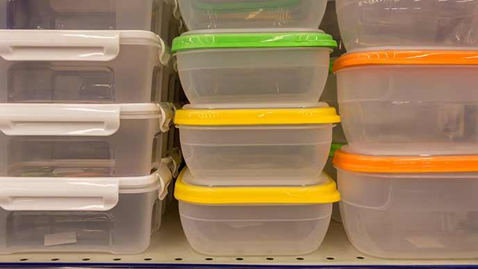 冷蔵庫にタッパを積み重ねて