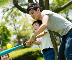 子供に野球を教える父親