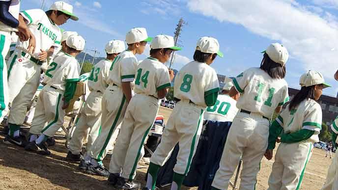 並んで応援する野球チームの子供達