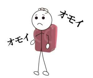 大きなランドセルを背負って歩く小学生