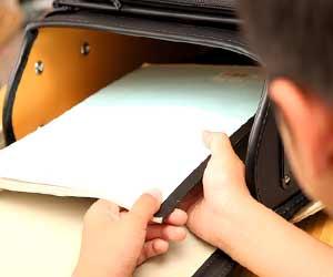 ランドセルからノートを出す小学生