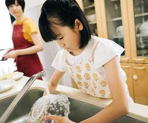 家事手伝いをする女の子