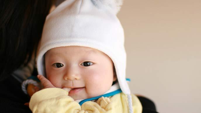 指しゃぶりする赤ちゃん
