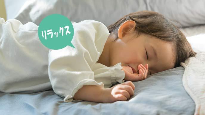 指しゃぶりしながら眠る赤ちゃん