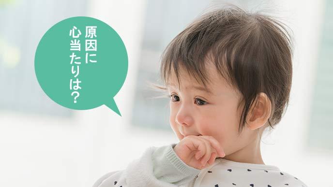 不安から指しゃぶりする幼児