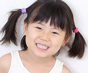 歯を見せて笑う5歳児