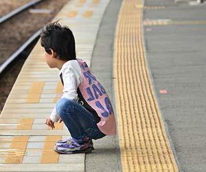 電車を待つ子供