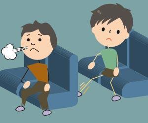 映画館で前の座席を蹴る子供