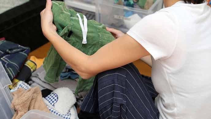 衣替えで衣類を整理する主婦