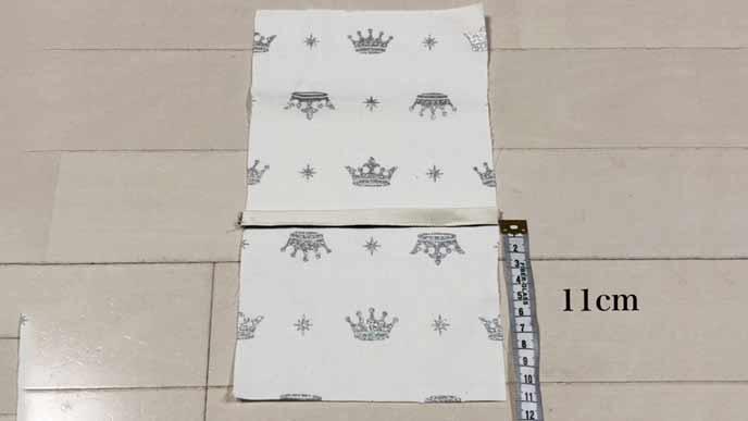 細長い取り付けベルト用の布Aを四角いBの布にピンで固定する