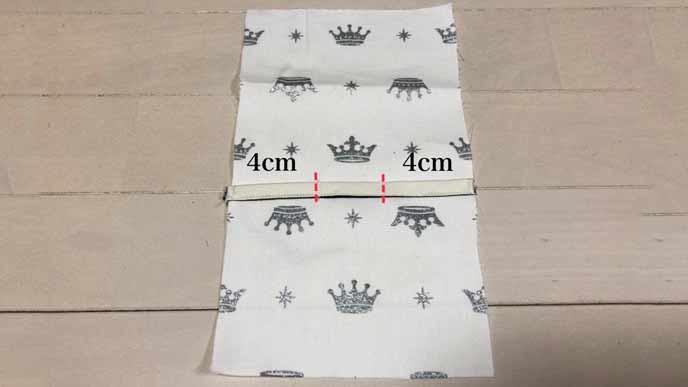 細長い取り付けベルト用の布Aを四角い布Bに縫い付ける2か所の場所