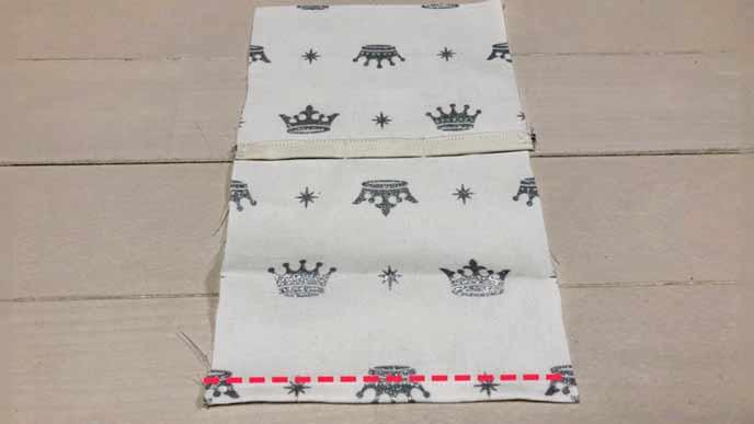 細長い取り付けベルト用の布Aを取り付けた四角い布Bの端を縫う