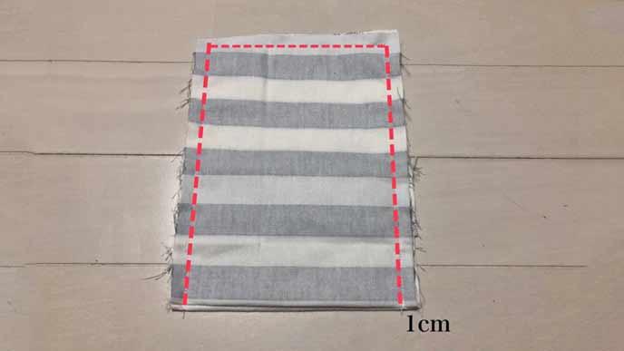 Bの布を折り返してすべてを縫い合わせる