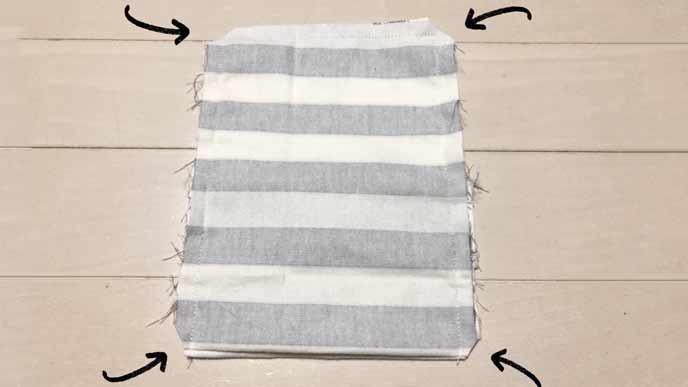 縫い合わせた布の4つ角をそれぞれ三角に切り落とした状態