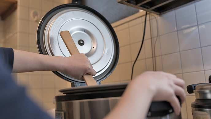 炊飯器で炊く主婦