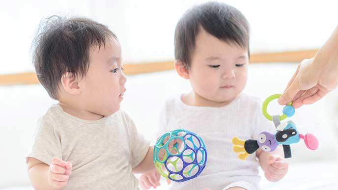 双子に違う玩具を与える