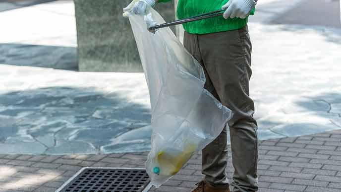 清掃活動の男性